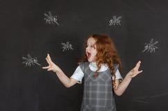 Ledsen liten flicka som ?r r?dd av tuggamyggor fotografering för bildbyråer
