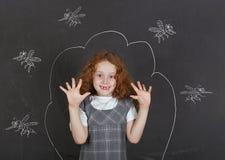 Ledsen liten flicka som ?r r?dd av tuggamyggor royaltyfri foto