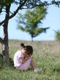 Ledsen liten flickagråt i natur Royaltyfria Foton