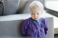 Ledsen litet barnflickastående Arkivbilder