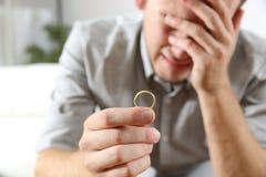 Ledsen make efter skilsmässa royaltyfri bild