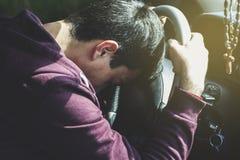 Ledsen man i bil arkivbild