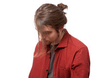 Ledsen man med en frisyr som ner ser Arkivbild