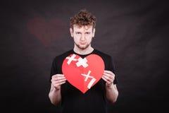 Ledsen man med limmad hjärta vid murbruk Royaltyfri Fotografi