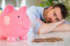 Ledsen man som förlorar hans besparingar efter dålig investering fotografering för bildbyråer