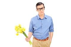 Ledsen man som rymmer en grupp av blommor Royaltyfri Fotografi
