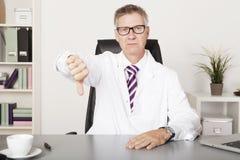 Ledsen manlig doktor Showing Thumbs Down Fotografering för Bildbyråer