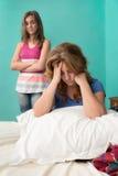 Ledsen moder, når att ha slagits med hennes tonåriga dotter royaltyfria foton