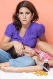 Ledsen moder som att bry sig för hennes sjuka dotter arkivfoto