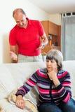 Ledsen mogen kvinna som lyssnar till den ilskna mannen Royaltyfria Foton