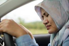 Ledsen muslimsk dam Driving Her Car och gråt arkivfoton