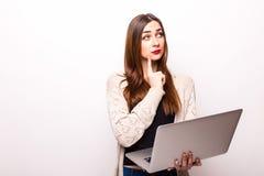 Ledsen och bekymrad flicka som arbetar med en bärbar dator royaltyfri bild