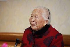 Ledsen och ensam äldre asiatisk kinesisk stående för gammal kvinna för 90-tal Arkivbild