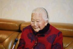 Ledsen och ensam asiatisk kinesisk 90-tal för gammal kvinna Royaltyfri Fotografi