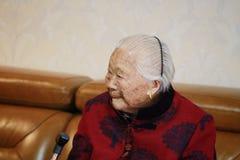 Ledsen och ensam asiatisk kinesisk 90-tal för gammal kvinna Royaltyfri Foto