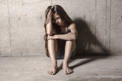 Ledsen och ensam flicka bredvid väggen Royaltyfri Foto