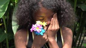 Ledsen och för gråt tonårig afrikansk flicka stock video