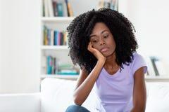 Ledsen och frustrerad afrikansk amerikankvinna royaltyfri fotografi
