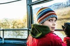 Ledsen pojke i kabelbil Royaltyfri Foto