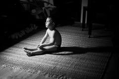 Ledsen pojke i mörkret Royaltyfria Bilder