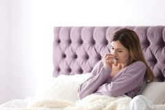 Ledsen sjuk kvinna med silkespapperlidande från förkylning Royaltyfria Foton