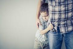Ledsen son som kramar hans farsa Fotografering för Bildbyråer