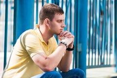 Ledsen stående för ung man i den öppna luften Arkivfoton