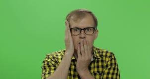 Ledsen stilig man som är desperat och Pessimistiskt och melankoliskt Tv? i en: 1 stock video