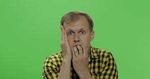 Ledsen stilig man som är desperat och Pessimistiskt och melankoliskt Tv? i en: 1 arkivfilmer