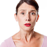 Ledsen stramad åt kvinna som uttrycker ångest och förskräckelse royaltyfri bild