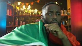 Ledsen svart faninnehavflagga av Portugal i st?ngen, rubbning om nederlag f?r sportlag lager videofilmer