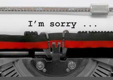 Ledsen text för I M vid den gamla skrivmaskinen på vitbok arkivfoton
