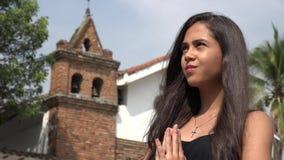 Ledsen tonårig latinamerikansk flicka på kyrkan arkivfilmer