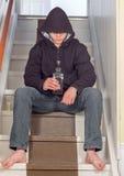 Ledsen tonåring som dricker alkohol Royaltyfria Foton