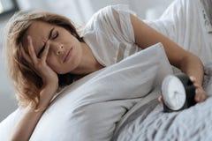 Ledsen trött kvinna som vaknar upp royaltyfri foto