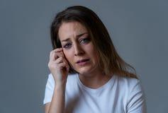 Ledsen ung attraktiv kvinna och desperat deprimerad känsla Mänskliga uttryck och sinnesrörelser royaltyfri fotografi