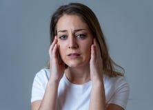 Ledsen ung attraktiv kvinna och desperat deprimerad känsla Mänskliga uttryck och sinnesrörelser arkivbilder