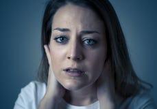 Ledsen ung attraktiv kvinna och desperat deprimerad känsla Mänskliga uttryck och sinnesrörelser royaltyfri bild