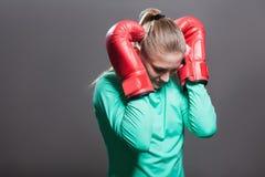 Ledsen ung idrottsman nenkvinna med samlat håranseende i position royaltyfria foton