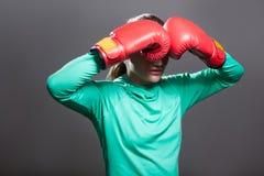 Ledsen ung idrottsman nenkvinna med samlat håranseende i position fotografering för bildbyråer