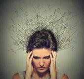 Ledsen ung kvinna med bekymrat stressat framsidauttryck och hjärna som smälter in i linjer royaltyfria foton