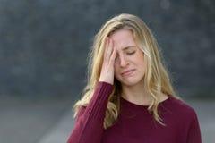 Ledsen ung kvinna med ett melankoliskt uttryck royaltyfria foton