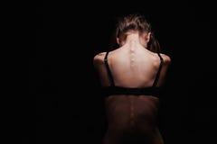 Ledsen ung kvinna med naken baksida Sexig kroppflicka Fotografering för Bildbyråer