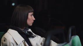 Ledsen ung kvinna som ser ut ur ett kollektivtrafikfönster Trött flicka som tänker av något som sitter nära fönstret Stad lager videofilmer