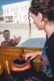 Ledsen ung kvinna som vinkar i vagndrevet eller spårvagnen, tjänstledighet-takin Royaltyfri Foto