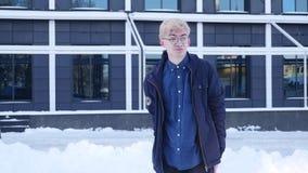 Ledsen ung man i exponeringsglas på gatan arkivfilmer