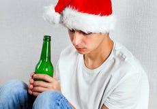 Ledsen ung man i Santa Hat royaltyfria foton