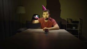 Ledsen ungkarl som firar ensam danandeselfie för födelsedag, fördjupning, enkelt liv lager videofilmer
