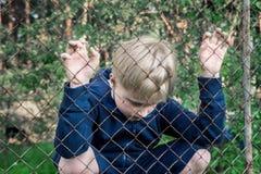 Ledsen uppriven pojke fotografering för bildbyråer