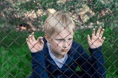 Ledsen uppriven pojke royaltyfri bild